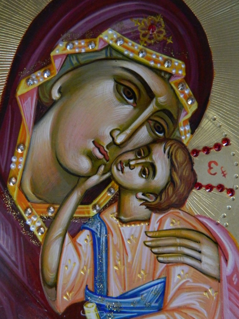Maica Domnului cu Pruncul-DETALIU_ Icoana realizata pe lemn, realizata in stil bizantin , cu foita de aur de 22k, si aplicatii de pietre pretioase. Dimensiune A4