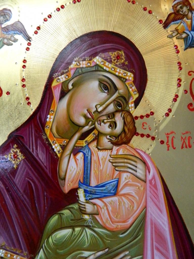 Maica Domnului cu Pruncul- detaliu- Icoana realizata pe lemn, realizata in stil bizantin , cu foita de aur de 22k, si aplicatii de pietre pretioase. Dimensiune A4