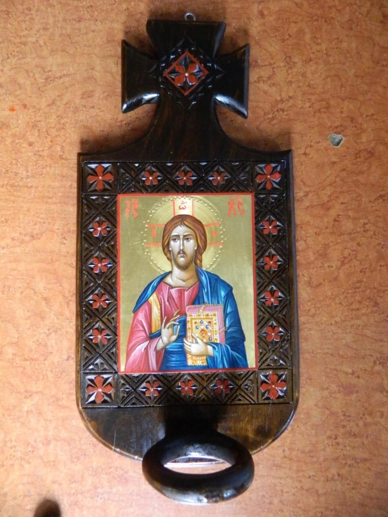 Candela Domnului Iisus Hristos, realizata din lemn, sculptat manual, icoana este realizata cu foita de aur de 22k, in stil bizantin.   Dimensiune 35X 20 cm, dimensiune icoana 13x11cm.