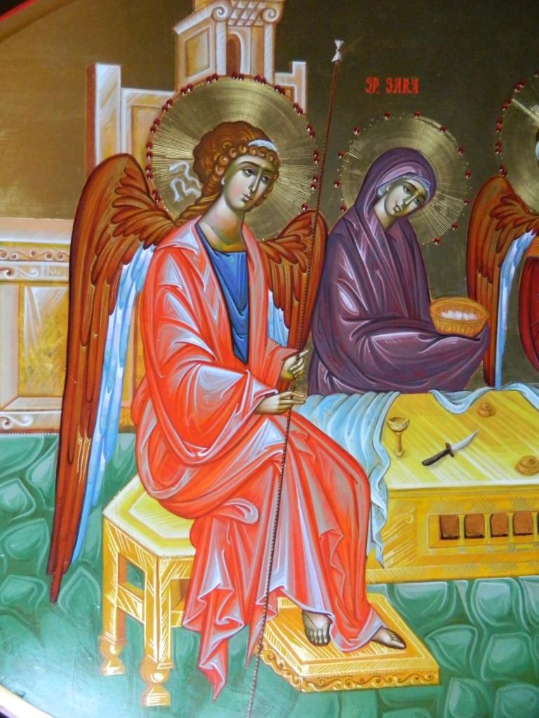 Sfanta Treime- DETALIU Icoana realizata pe lemn, in stil bizantin , cu foita de aur de 22k, si aplicatii de pietre semipretioase. Dimensiuni, oval 90 X120 cm